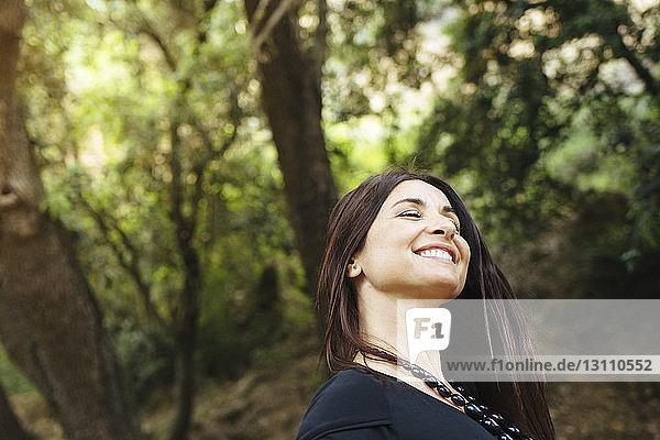 Nahaufnahme einer lächelnden Frau im Wald
