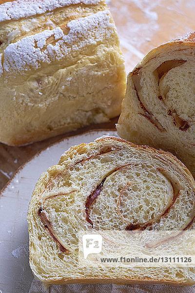 Hochwinkelansicht von Brotscheiben auf dem Tisch