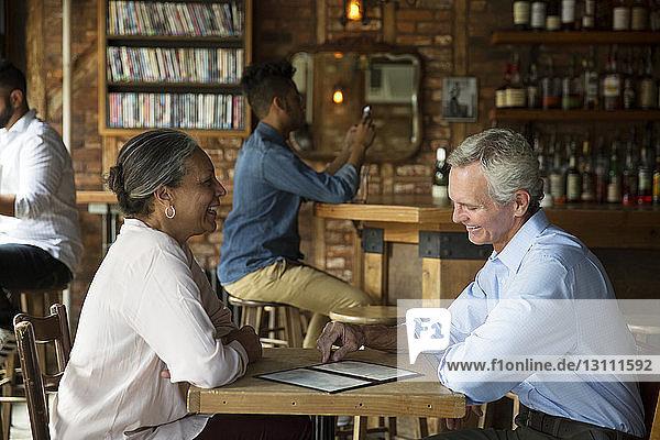 Paare unterhalten sich,  während sich die Leute im Café entspannen
