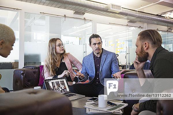Kollegen planen  während sie im Büro sitzen