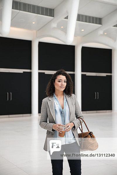 Porträt einer selbstbewussten Geschäftsfrau im Durchgang stehend
