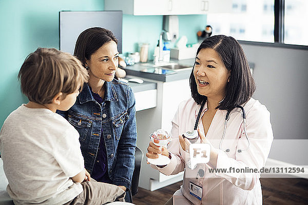 Ärztin erklärt der Familie in der Klinik medizinische Geräte