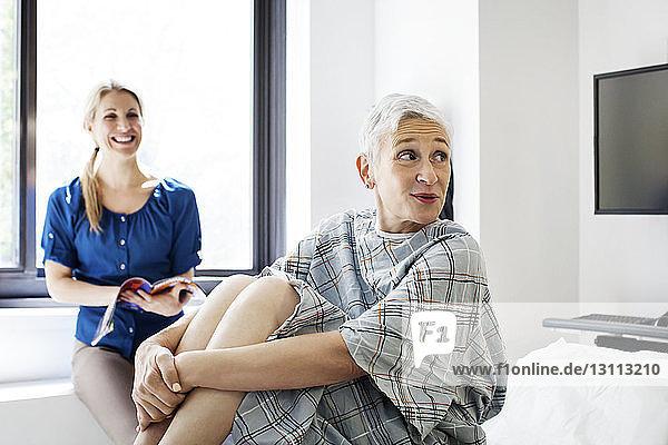 Weibliche Patientin mit Tochter in der Klinik