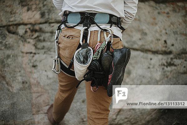 Rückansicht eines Mannes mit Kletterausrüstung