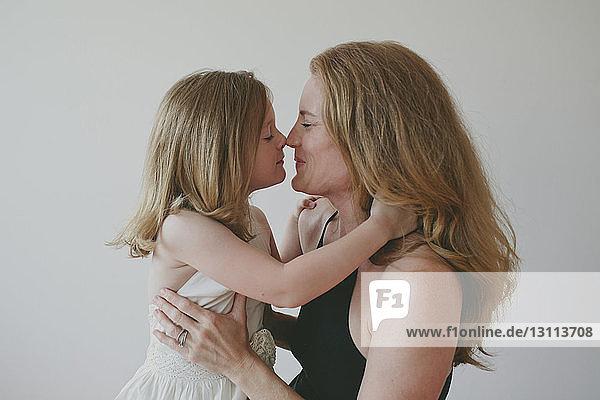 Mutter-Tochter-Kuss Lesbischer Mutter küsst