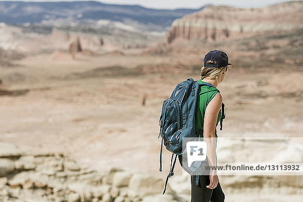 Wanderin mit Rucksack erkundet Wüste