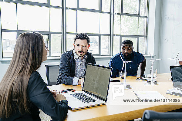 Geschäftsleute diskutieren bei Besprechung im Sitzungssaal