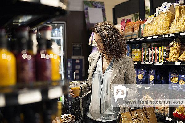 Geschäftsfrau beim Einkaufen im Lebensmittelgeschäft