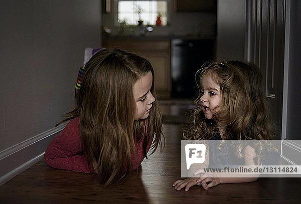 Schwestern zu Hause auf dem Boden liegend