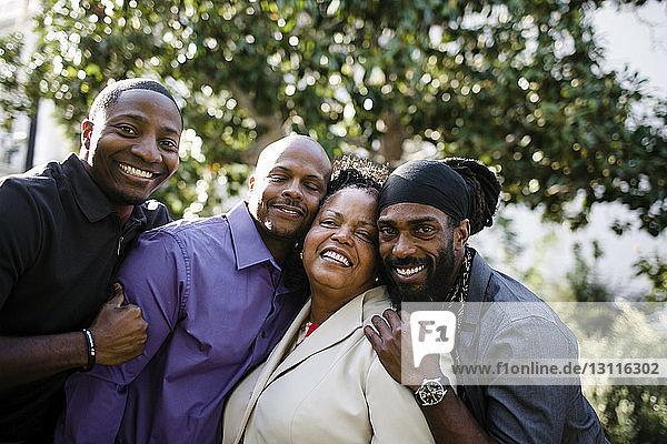 Porträt einer glücklichen Mutter mit Söhnen im Park stehend