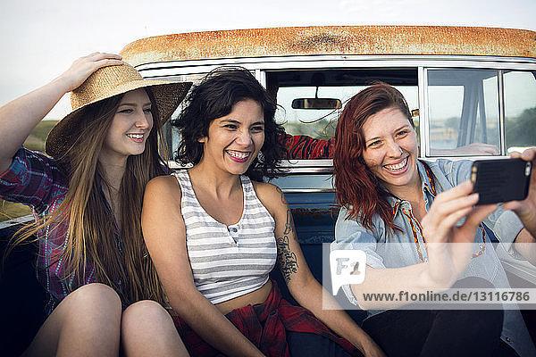Freunde beim Selbstfahren im Pickup