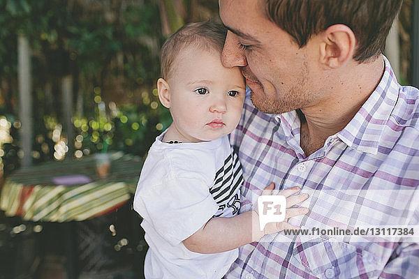 Vater trägt süße Tochter bei Geburtstagsfeier