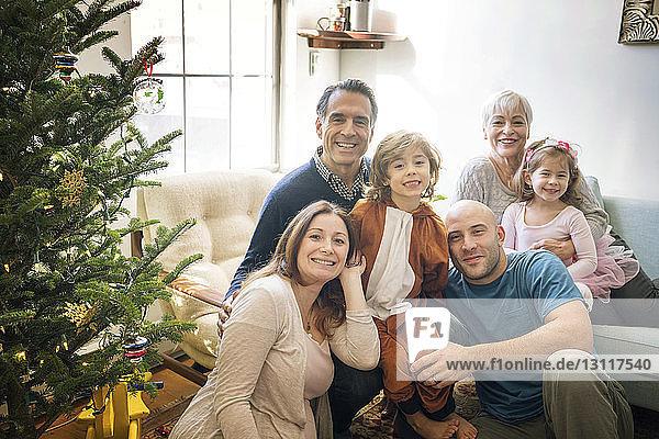 Porträt einer lächelnden Familie  die zu Hause Weihnachten feiert