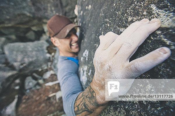 Hochwinkelansicht eines Mannes beim Felsklettern