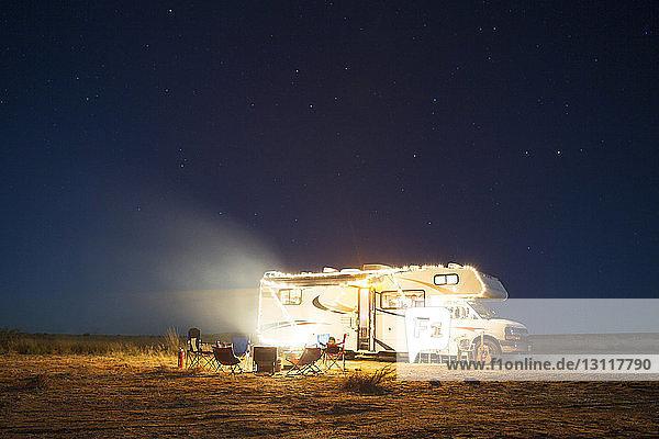 Wohnmobil auf Feld gegen Himmel bei Nacht