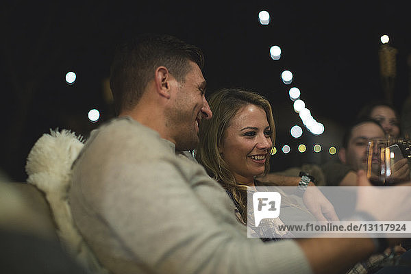 Auf Sofa sitzendes Ehepaar