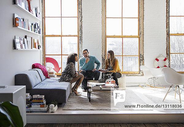 Geschäftsleute sitzen und diskutieren im Kreativbüro