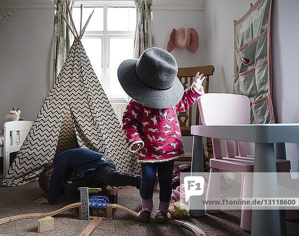 Geschwister spielen zu Hause