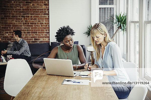Geschäftsfrauen planen Strategie am Konferenztisch im Kreativbüro