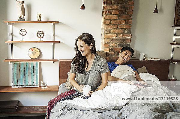 Glückliches Paar zu Hause im Bett