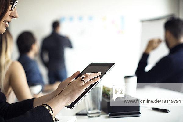 Beschnittenes Bild einer Geschäftsfrau mit digitalem Tablet im Kreativbüro