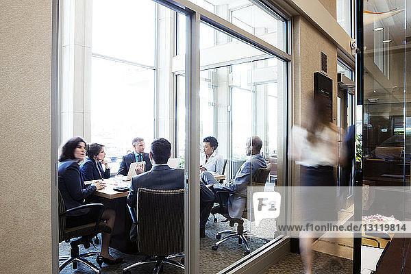 Geschäftsleute planen während einer Besprechung im Konferenzraum