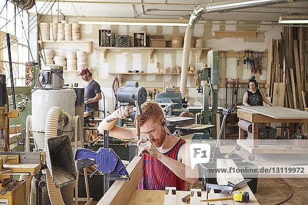 In der Werkstatt arbeitende Schreiner