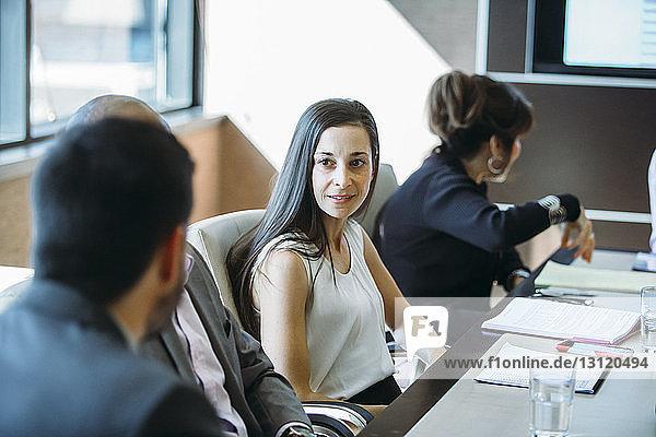 Geschäftsleute diskutieren im Sitzungssaal im Büro