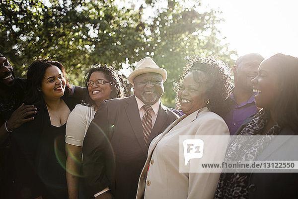 Glückliche Familie steht an einem sonnigen Tag im Park