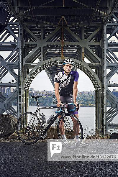 Porträt eines Sportlers mit Fahrrad an der George Washington Bridge