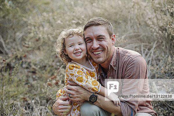 Glücklicher Vater umarmt Tochter