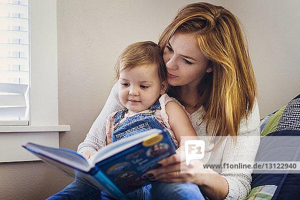 Mutter unterrichtet Tochter  während sie zu Hause sitzt