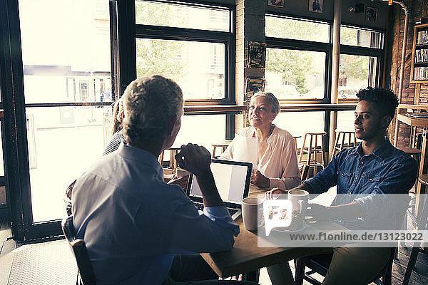 Geschäftsmann diskutiert in einer Sitzung bei einem Kaffee im Café