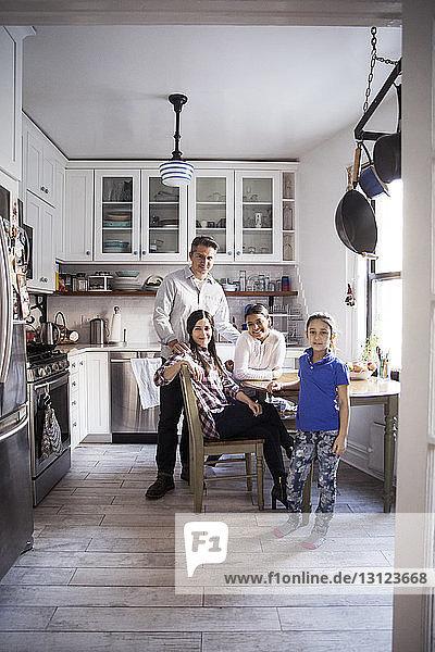 Porträt einer Familie in der heimischen Küche