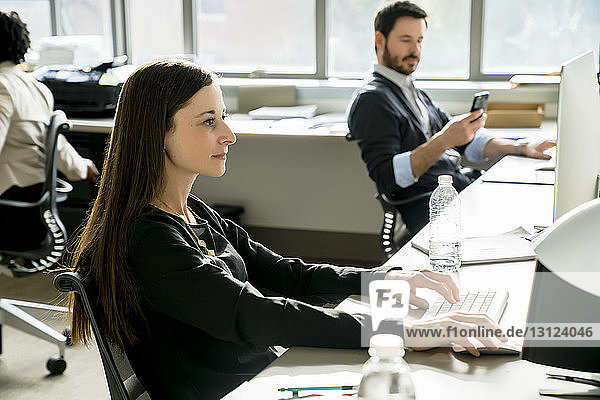 Geschäftsleute  die am Schreibtisch im Büro arbeiten
