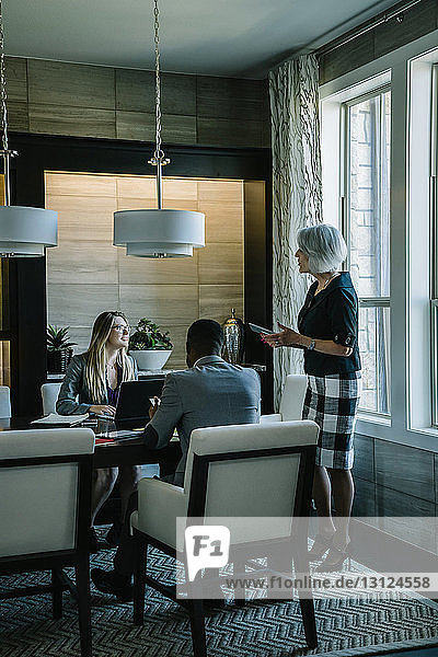 Geschäftsleute diskutieren während einer Sitzung im Sitzungssaal im Büro