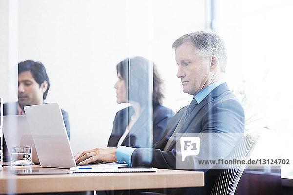 Geschäftsmann arbeitet am Laptop-Computer im Konferenzraum