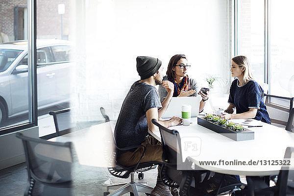 Kreative Menschen diskutieren während der Sitzung im Amt