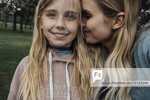 Nahaufnahme eines Mädchens mit Mutter im Park