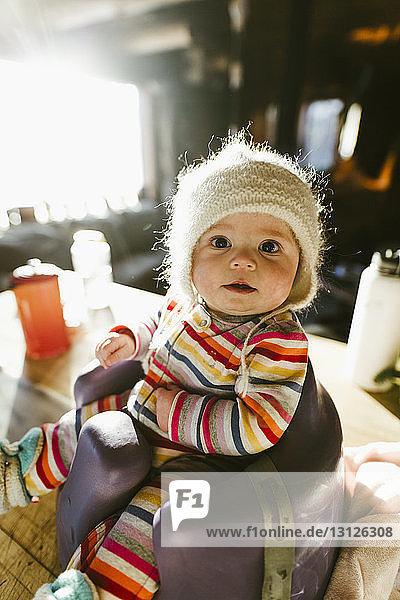 Porträt eines süßen Mädchens  das zu Hause auf dem Töpfchen sitzt