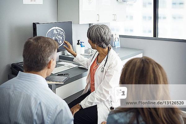 Ärztin erklärt dem Paar den Bericht in der Klinik Ärztin erklärt dem Paar den Bericht in der Klinik