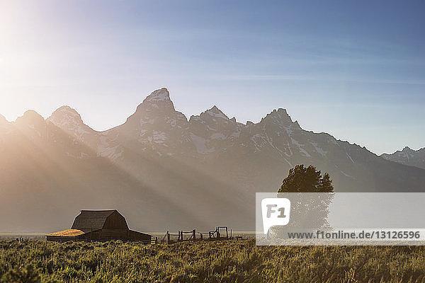 Landschaftliche Ansicht des Berges gegen den Himmel während eines sonnigen Tages im Grand-Teton-Nationalpark