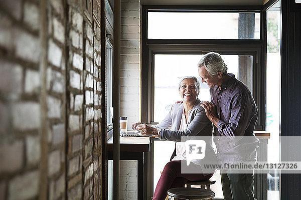 Lächelndes Paar genießt Kaffee im Café