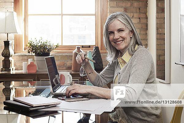 Porträt einer glücklichen Geschäftsfrau  die im Sitzungssaal arbeitet