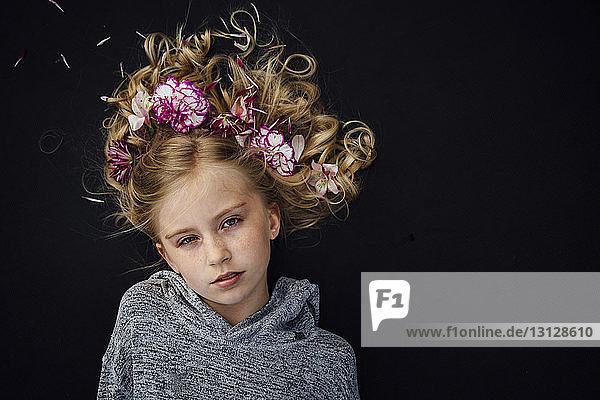 Kopfporträt eines Mädchens mit Blumen