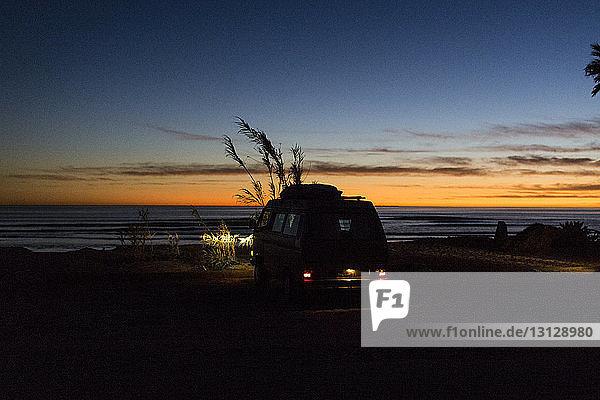 Silhouetten-Minibus am Strand des Bundesstaates San Onofre bei Sonnenuntergang