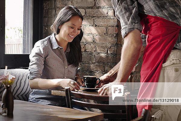 Mittelteil des Eigentümers  der dem Kunden im Café Kaffee serviert