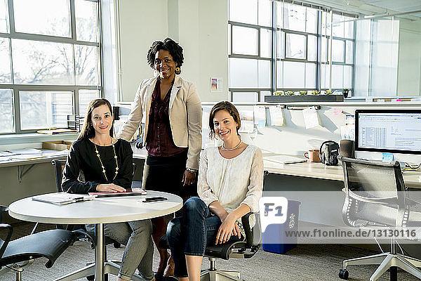 Porträt von Geschäftsfrauen am Schreibtisch im Büro