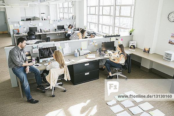 Hochwinkelansicht von Geschäftsleuten  die im Büro arbeiten