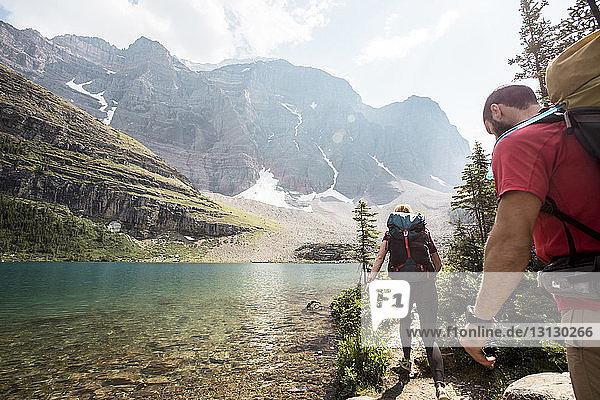 Wanderer  die im Banff-Nationalpark am Fluss entlang wandern